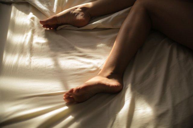 Slapen met voeten boven dekbed