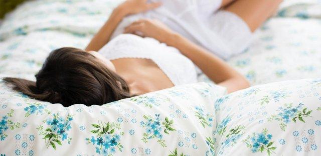 Vrouw ontspannen op bed