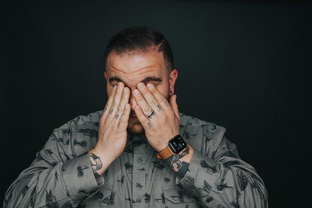 Man met hoofdpijn door lage luchtvochtigheid